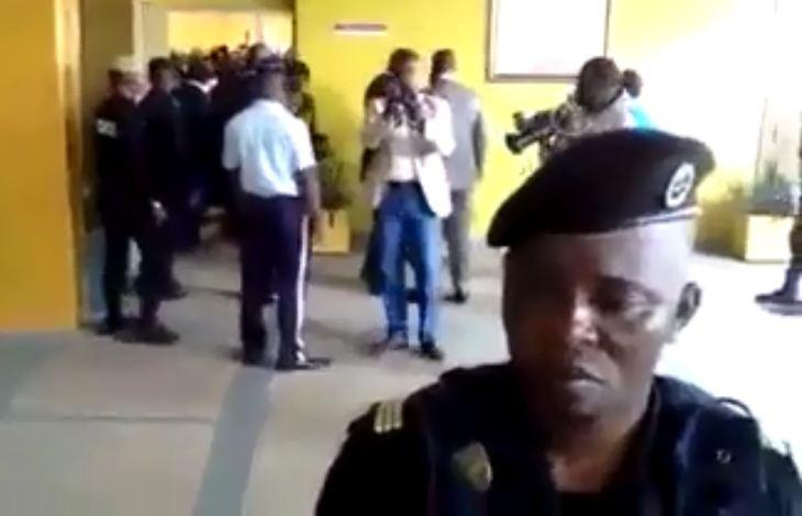 La lâcheté des congolais : Mme Ambiéro ex-directrice du CHU huée et chassée de son bureau comme une voleuse [Vidéo]