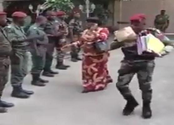 Armée de pacotille : Une haie d'honneur pour la femme du Trésorier Payeur Général [Vidéo]