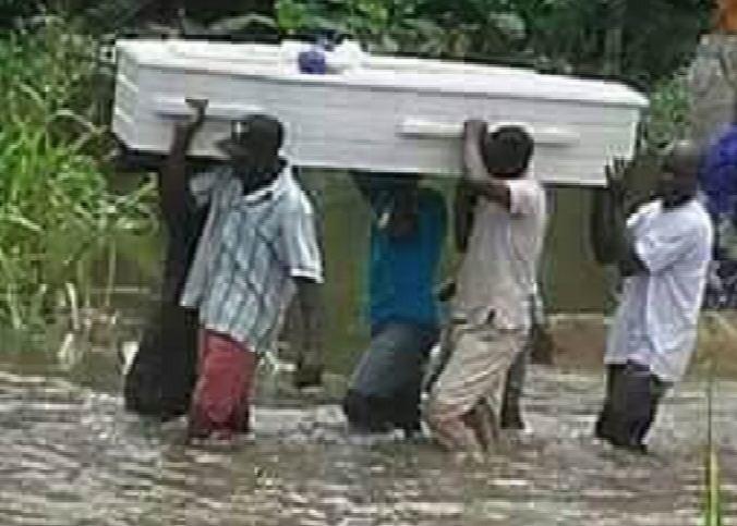 Intempéries: Des obsèques, les pieds dans l'eau, le cercueil à l'épaule