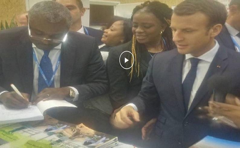 COP23 : Michel Innocent Péya dédicace son livre à Emmanuel Macron [Vidéo]