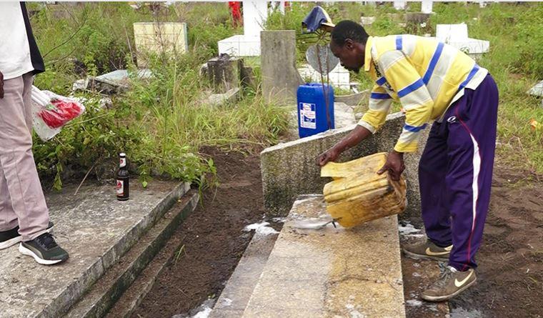 Les jeunes trouvent du travail dans les cimetières à la Toussaint