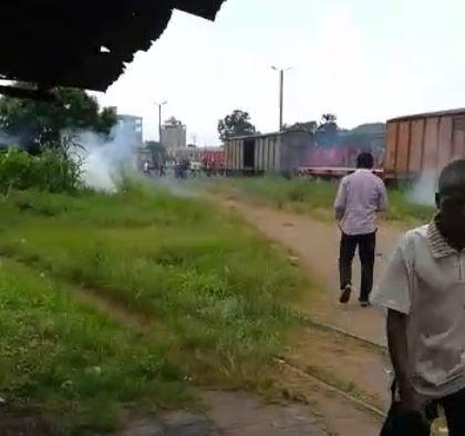 Les policiers chargent les travailleurs du CFCO en grève