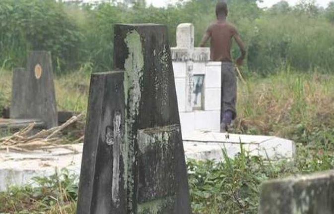 Deux jeunes interpellés après la profanation d'un cimetière à Kimongo