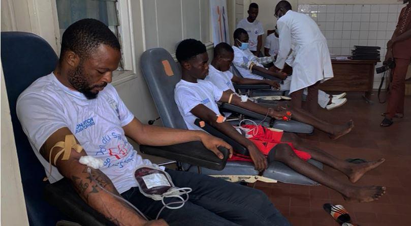 La fondation Burotop et Rotary Club font don de sang au CNTS