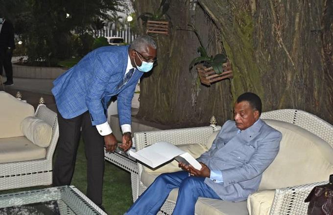 Congo : Denis Sassou N'Guesso réceptionne son prix Gaïa des mains de l'écrivain congolais Michel Innocent Peya, porte étendard et défenseur de la pensée écologique prônée par le Président Congolais